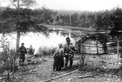 Skoltesamer utenfor et båthus ovenfor Kobbefoss før 1900. Sa
