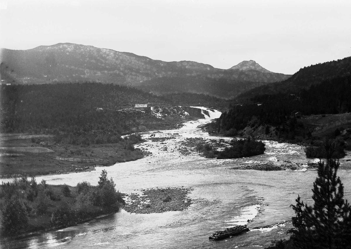 Landskap med elv og fartøy fra ukjent sted i Norge.