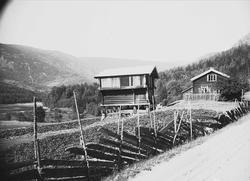 Kvisle, Numedal, Rollag, Buskerud, 1906. Tømmerhus og bur mo