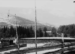 Kvisle, Numedal. Rollag, Buskerud, 1906. Uthus, skigard og l