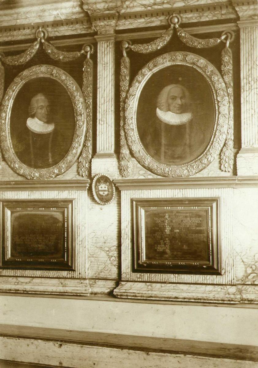 Epitafium fra 1786 over prestene Abildgaard, Røros kirke, Røros, Sør-Trøndelag. Fotografert 1909.