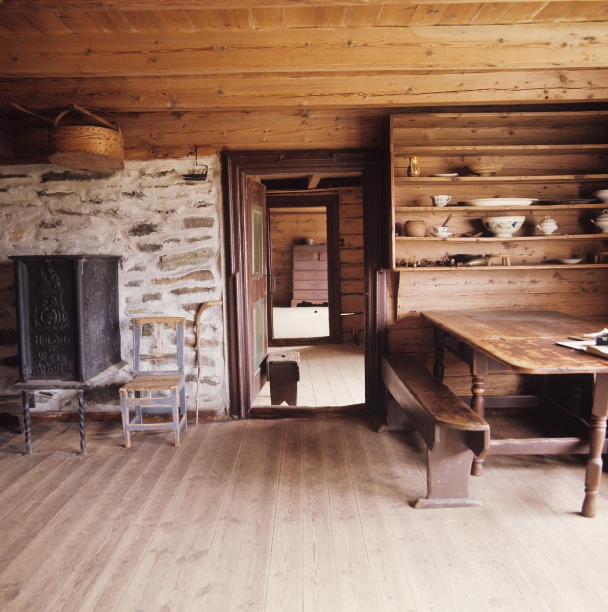 gammel tommervegg i stue : Gammel stue med benk, bord, hylle, ovn, stol, kurv, skammel og vandringsstav. Illustrasjonsbilde ...