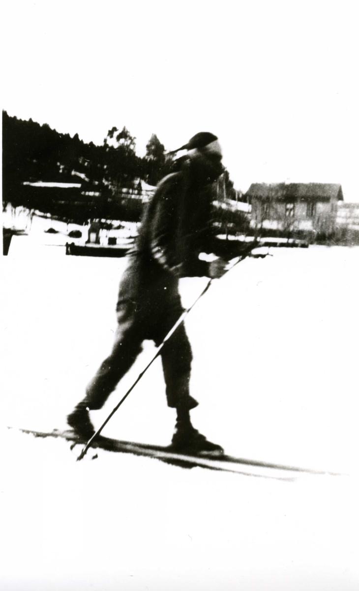 Jente på ski på isen på Bunnefjorden ved Oslo Godtemplarungdomslags feriehjem Kirkevik, Nesodden, ca 1945.
