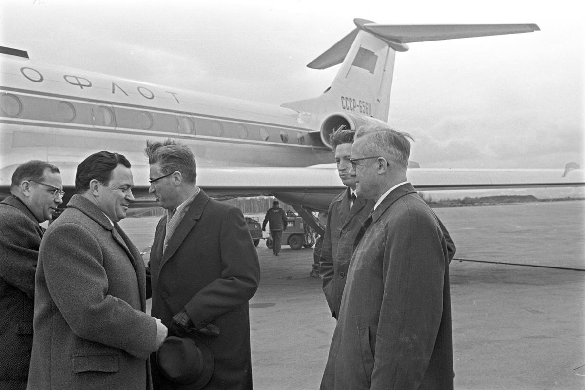 Serie. Flyrute mellom Oslo-Moskva åpnes. Et Sovjetisk fly første gang i Oslo. Menn står foran flyet.