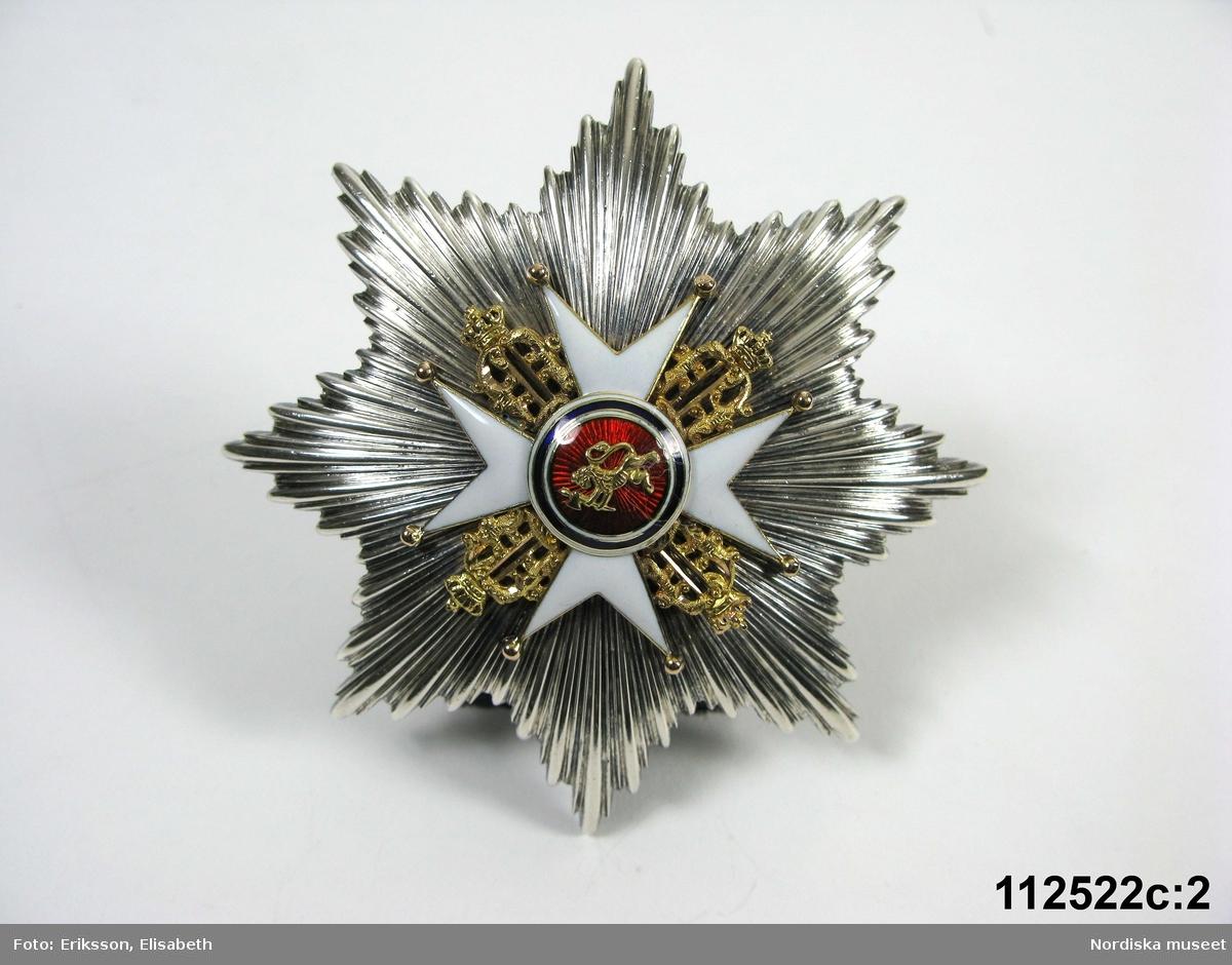 """Huvudliggaren: """"a-h Ordenstecken, en samling som tillhört generalen Johan August Hazelius,  a:1-3) Nordstjärneordens kors och kraschan i etui, b:1-2) Svärdsordens kors och kraschan, c:1-3) S:t Olafsordens kors och kraschan i etui, d:1-3) Dannebrogsordens kors och kraschan i etui, e) Hederslegionen, f:1-2) Isabellaorden, g:1-2) Österr. Järnkronorden, h:1-2) Medalj i brons,  10 visitkort. Gåva enl. test.förordn. [från] fil. dr. A. Hazelius, Stockholm."""""""
