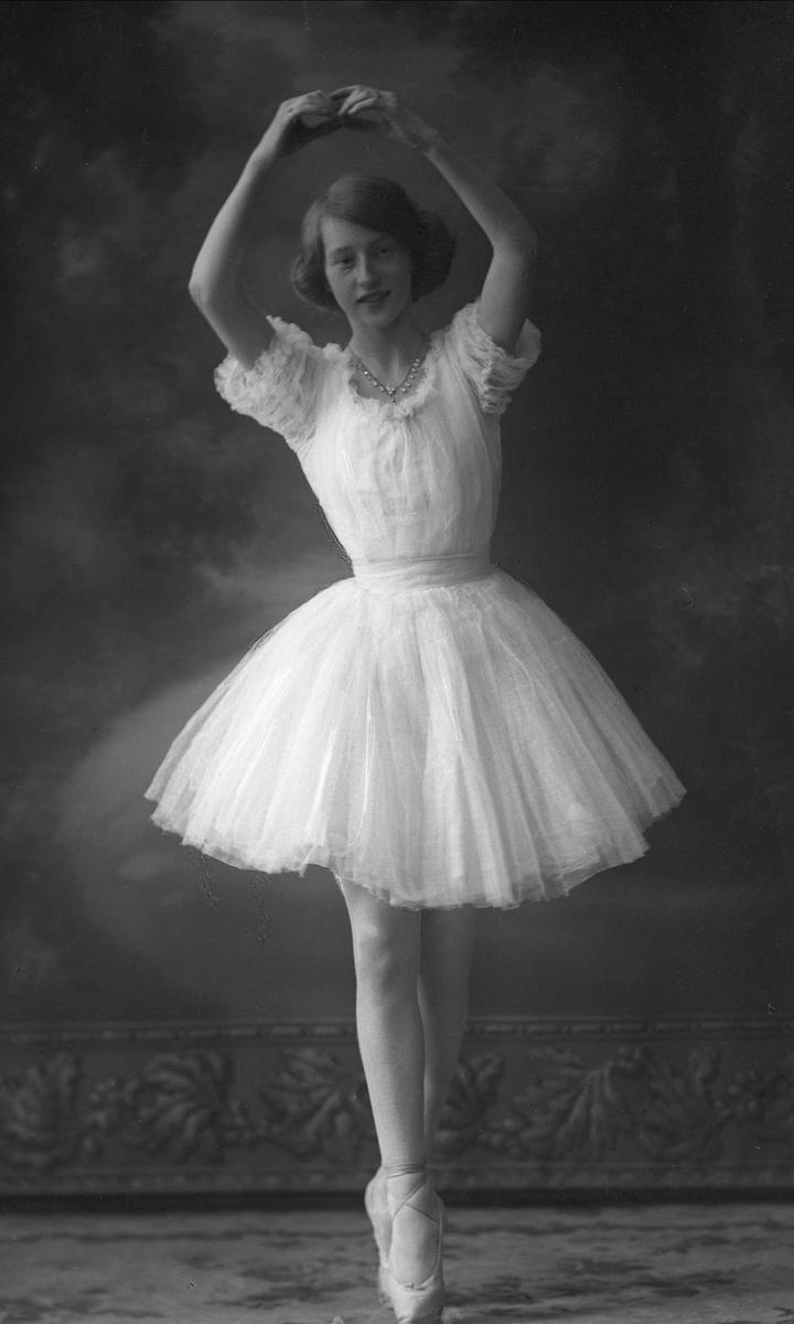 Portrett, pike i ballettpositur. Marie Warhus.