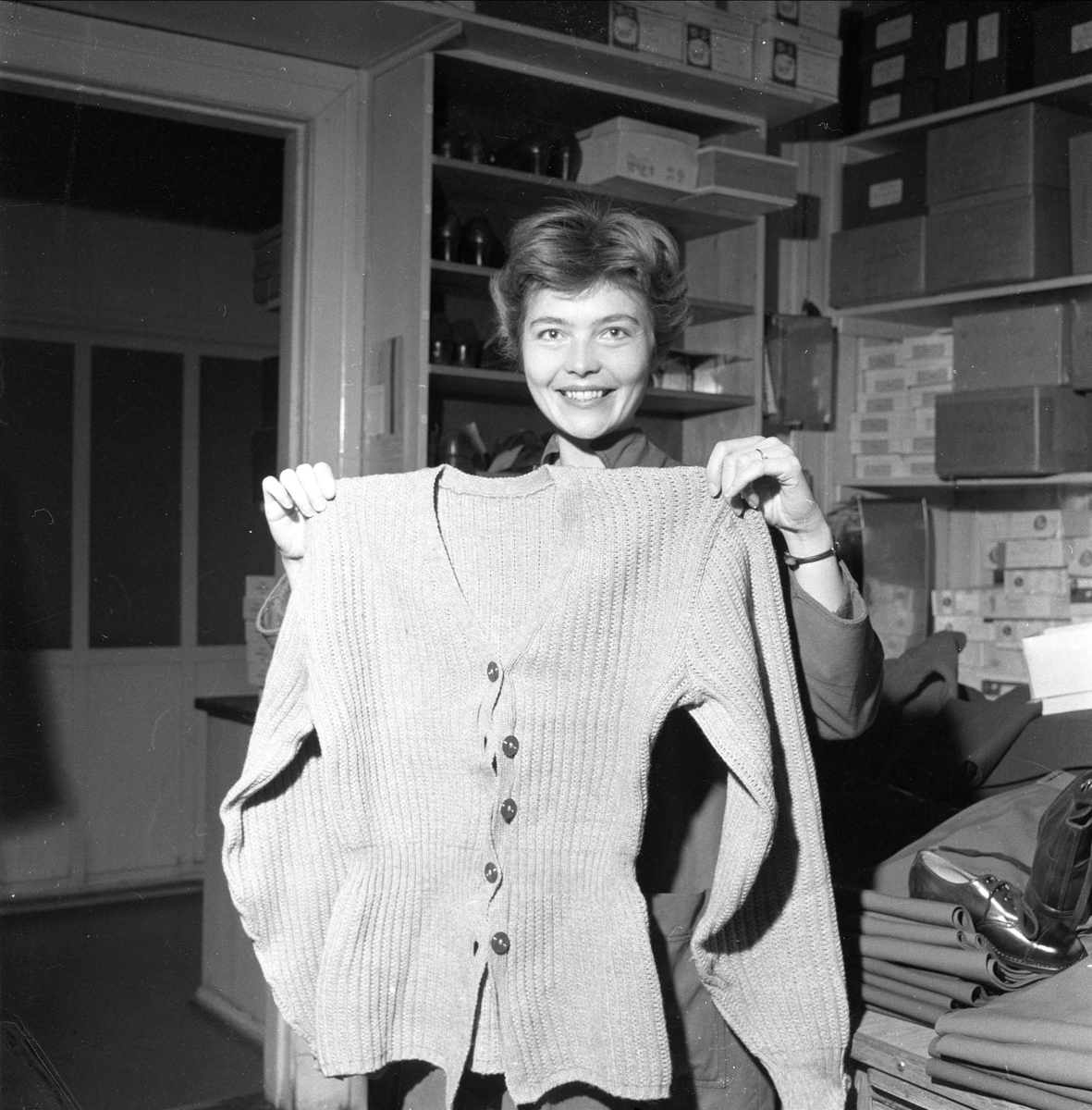 Kvinne holder jakke, Prinds Christian Augusts Minde, Storgata 36, Oslo,  09.10.1959.