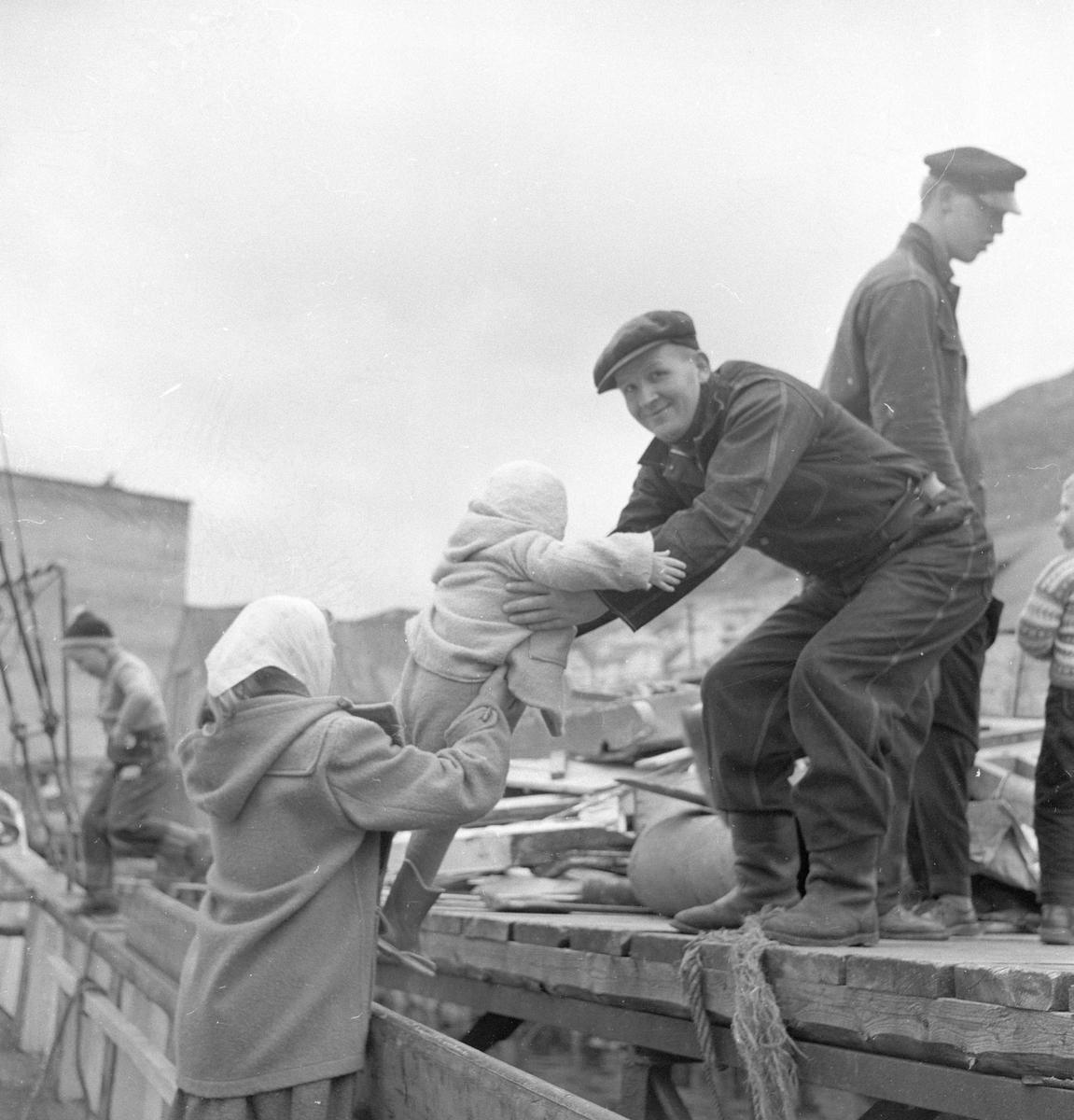 Pigghåfiske på Shetland.Shetland, 14-22. mai 1958, forsyninger lastes ombord i fiskeskøyta.