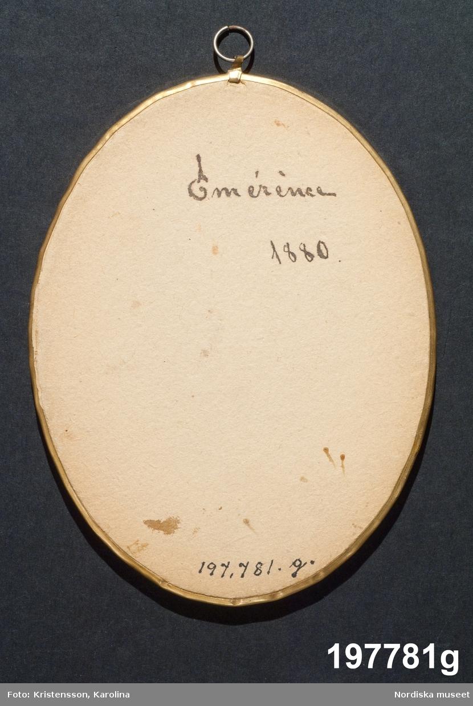 """Huvudliggaren: """"Tavlor, 8 st, reproduktioner efter Thorvaldsen, ovala, i glas coh med förgylld metallkant. G. av fröknarna Therèse, Sally och Emerence Lindgren, Stockholm."""""""