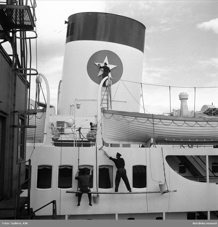 Sjömän som skurar fartyget Svenska Lloyd Saga, Göteborg.