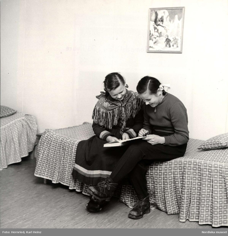 Nomadskolan i Gällivare, Lappland. Interiör från ett rum där två flickor sitter på sängkant och läser