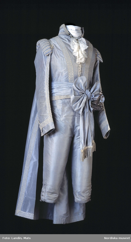 """""""Gustav III:s hovdräkt""""Hovdräkt i siden och silke, broderad. Inv nr 99107."""