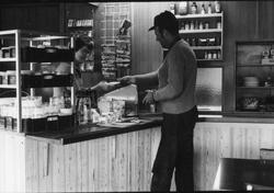 Storuman 1982. Bar i centrum. Interiör från matservering, kö