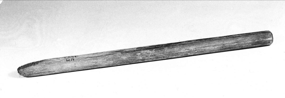 Skäktpinne, rund träpinne avfasad i ena änden.
