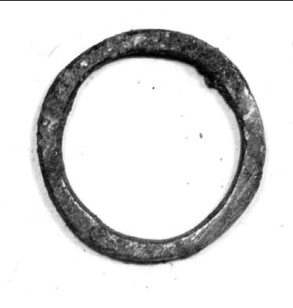 Ring av brons, ej fingerring, plan.