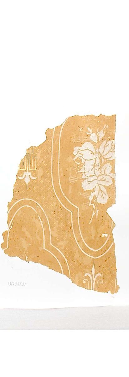 Tapetprov med tryckt mönster i vitt och gult. Kartongen är numrerad på baksidan: 161 4.