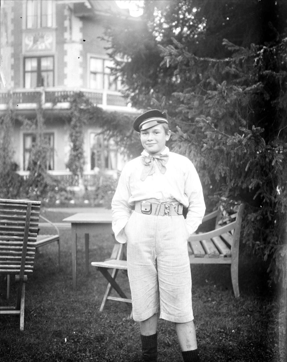 """""""Krigsbarnet Helmut Rane stående ensam med glad uppsyn"""", Göksbo, Altuna socken, Uppland 1919"""