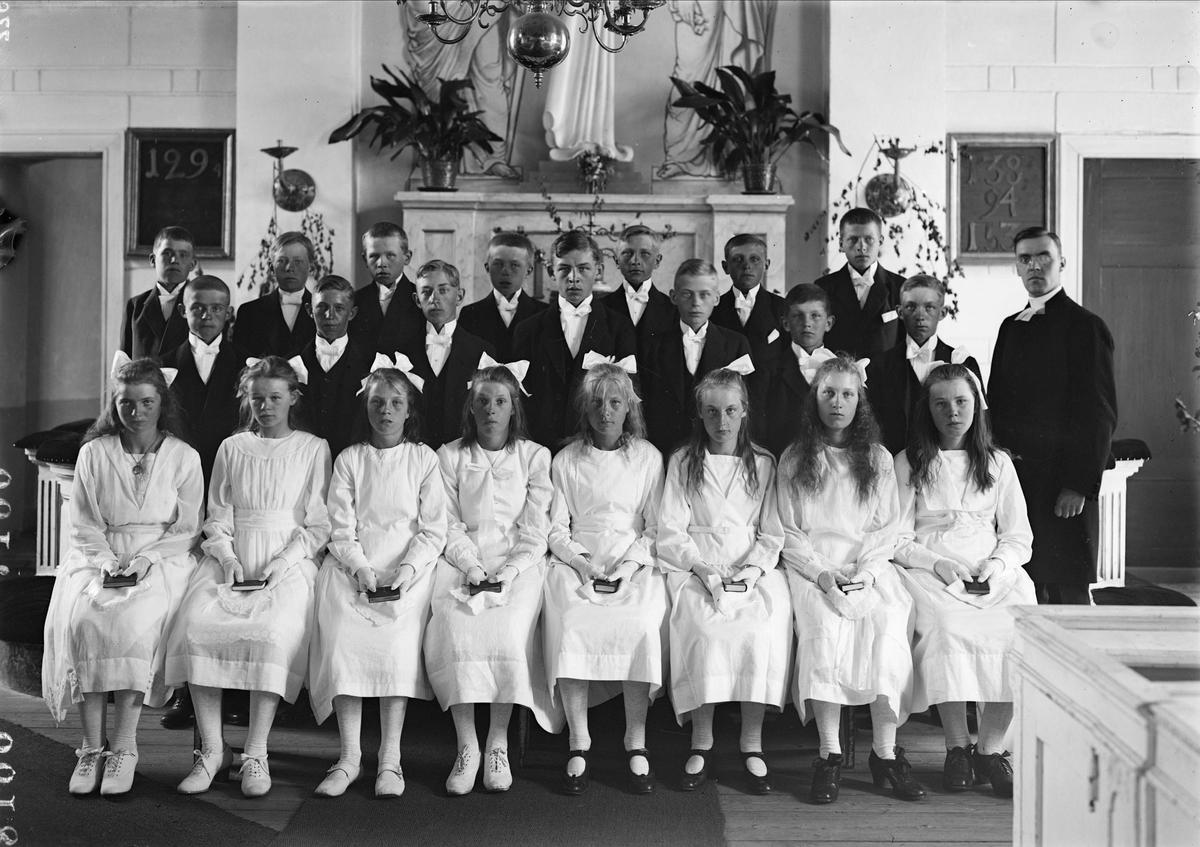 """""""Altuna läsbarn och pastor Oskar Magnuson"""", Altuna kyrka, Uppland 1922"""