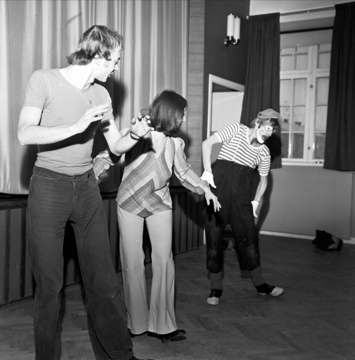 """""""Barnteater om lyckosten drog fullt hus i Tierp"""", Uppland 1973"""