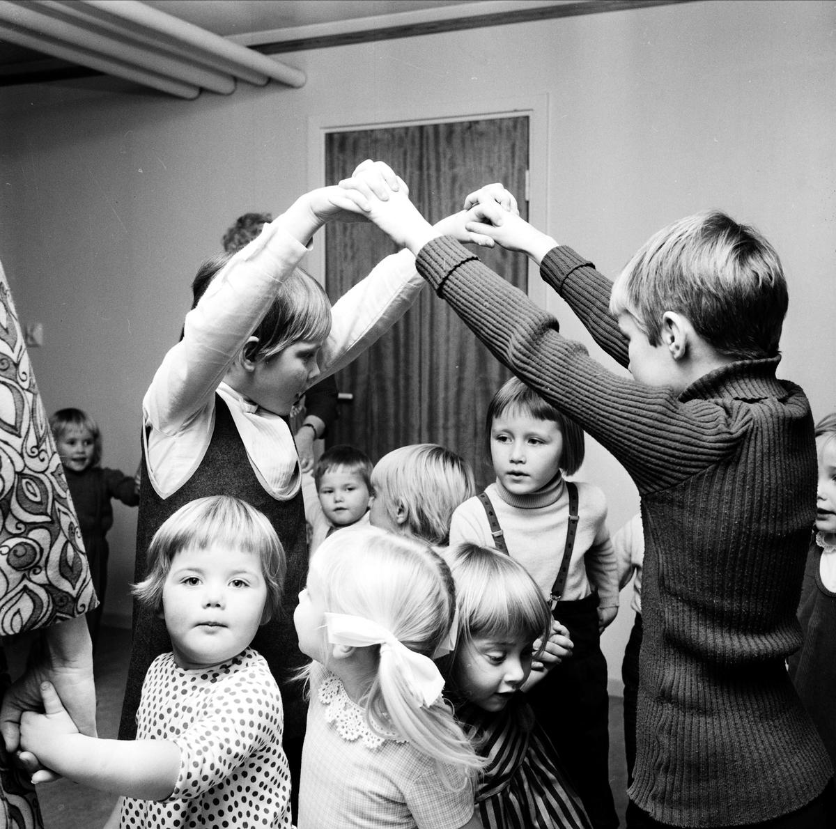 """Barn leker på """"Bullerbyskolans final"""", Tierp, Uppland 1967"""