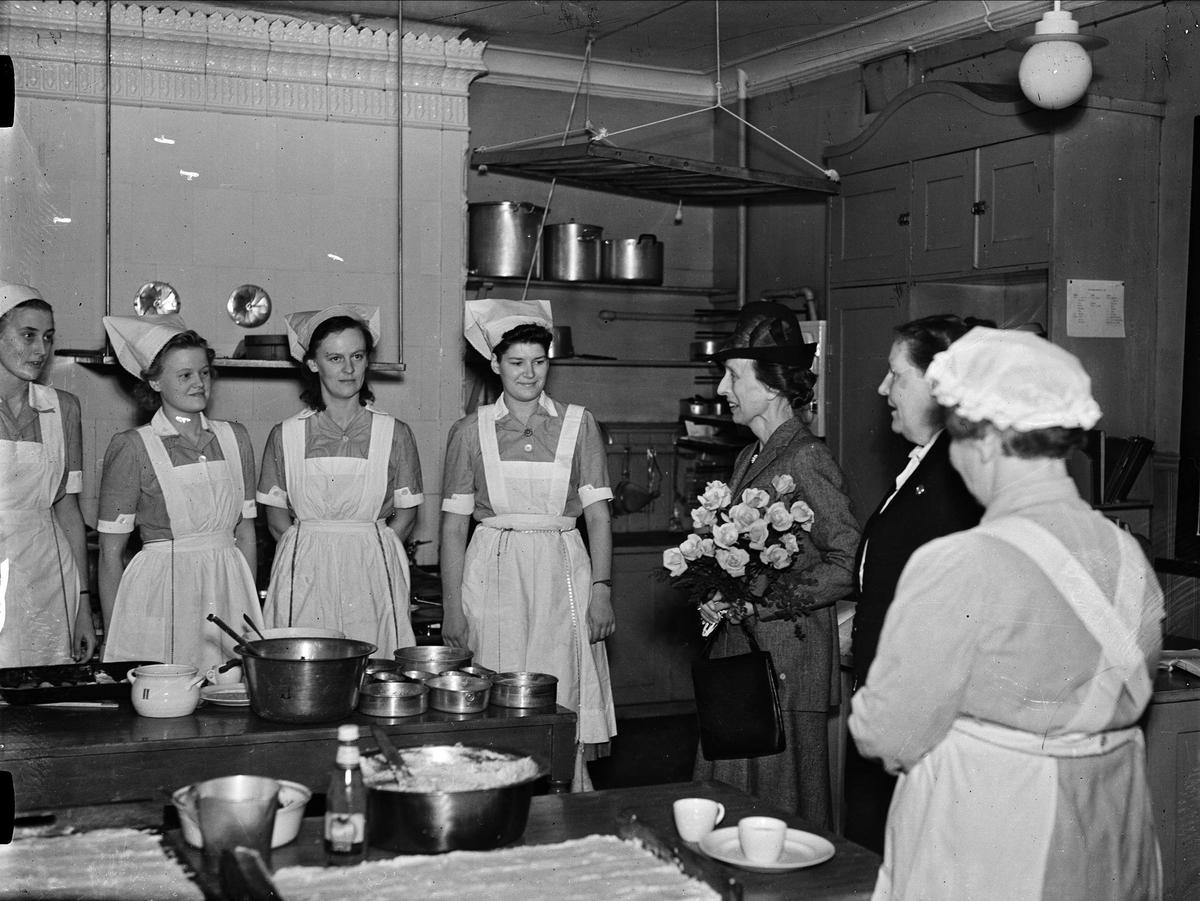 Kronprinsessan Louise på besök hos Fackskolan för Huslig Ekonomi, Trädgårdsgatan, Uppsala 1946