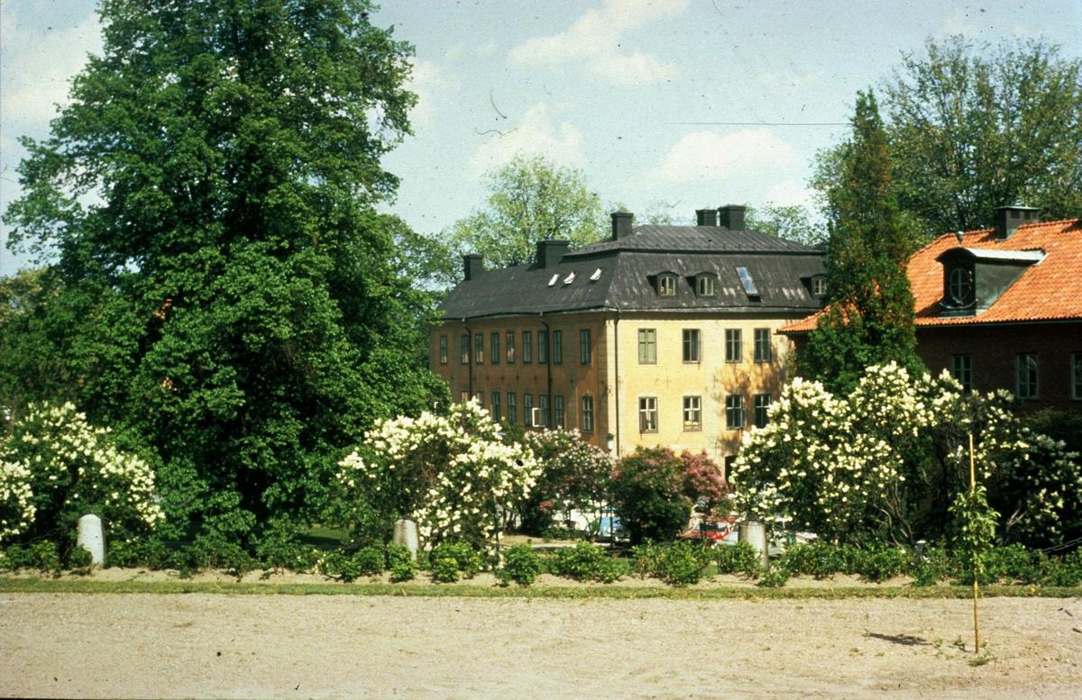 Riddartorget i Uppsala 1971. I bakgrunden Oxenstiernska huset och Värmlands nation