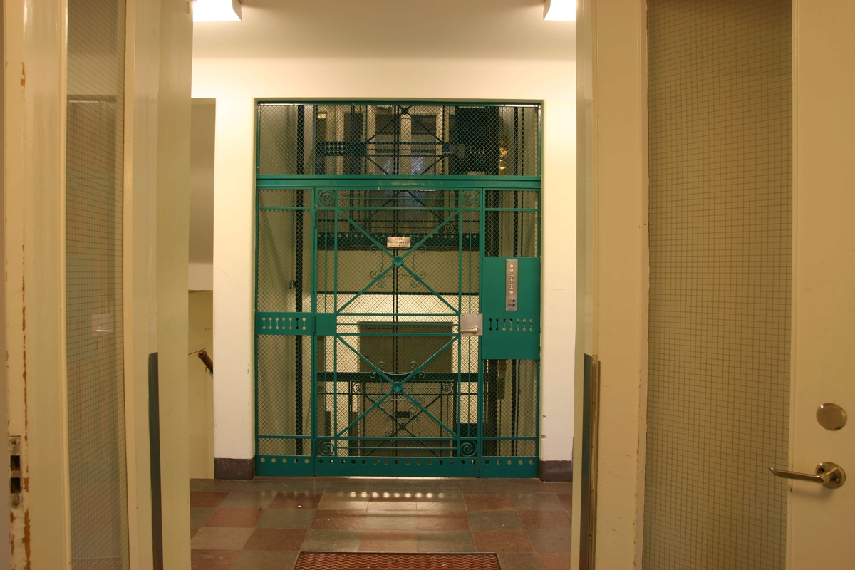 Akademiska sjukhuset, Uppsala 2008. Äldre hiss i trapphuset i hus A4