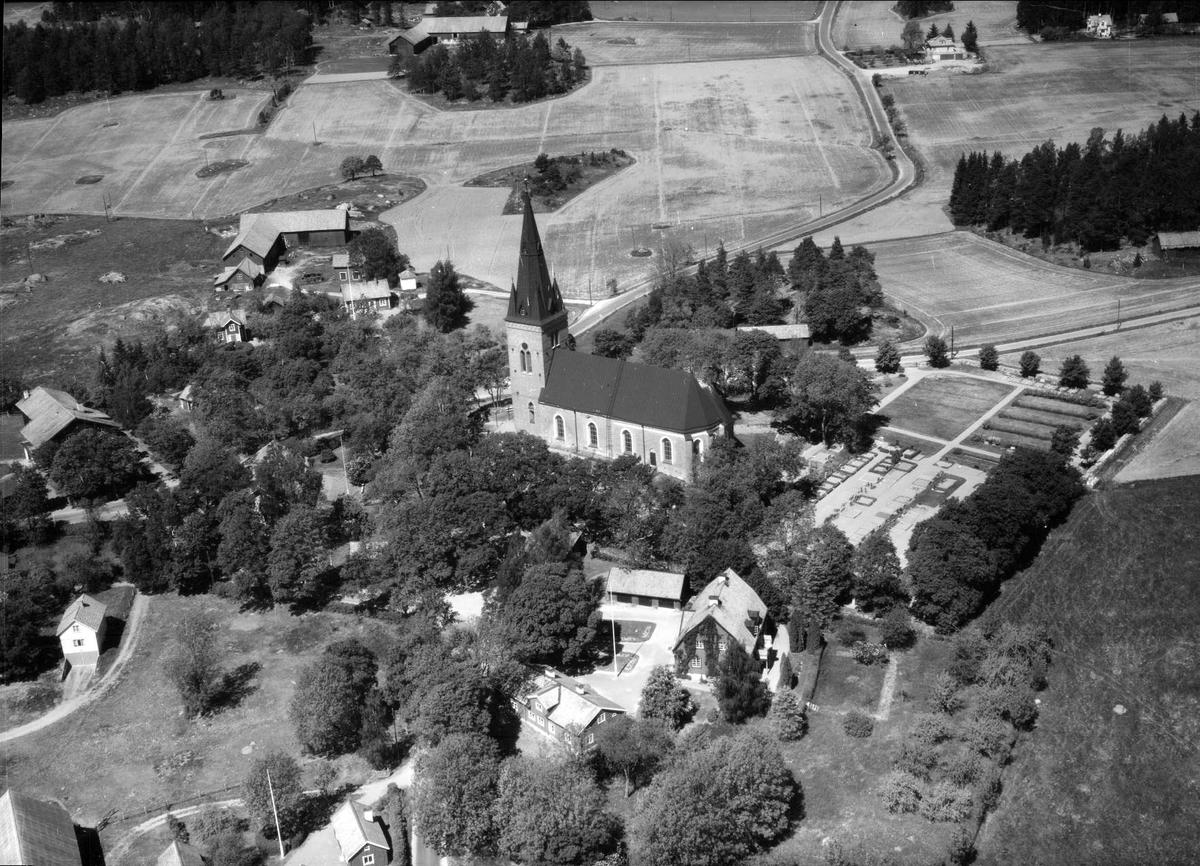 Flygfoto över Danmarks kyrka, Danmarks socken, Uppland 1955
