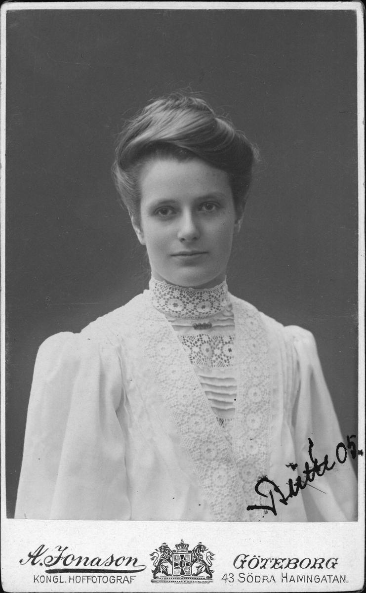 Kabinettsfotografi - Britta, sannolikt år 1905