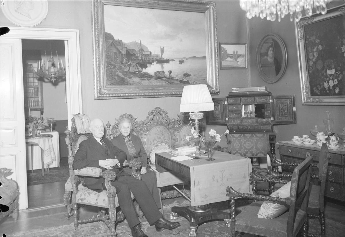 Häradshövding Axel Olivecrona och hans hustru i hemmet, Sysslomansgatan, Uppsala januari 1938