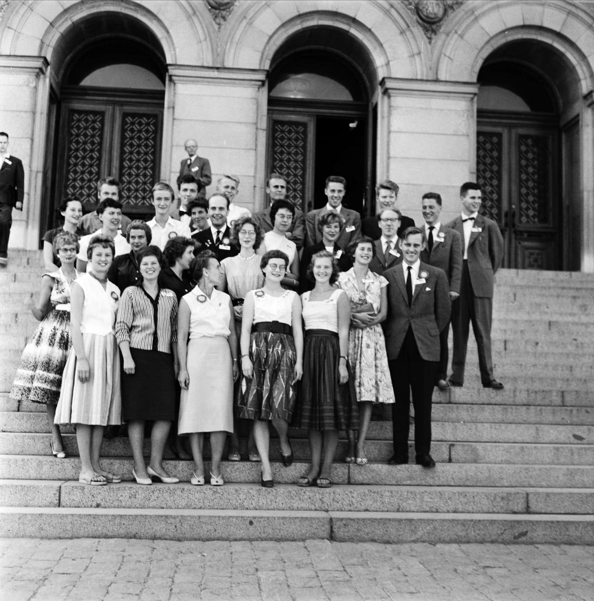 """""""Fysiska institutionen, d:de kongressen i augusti 1959"""" - grupp på Universitetshusets trappa, Uppsala"""