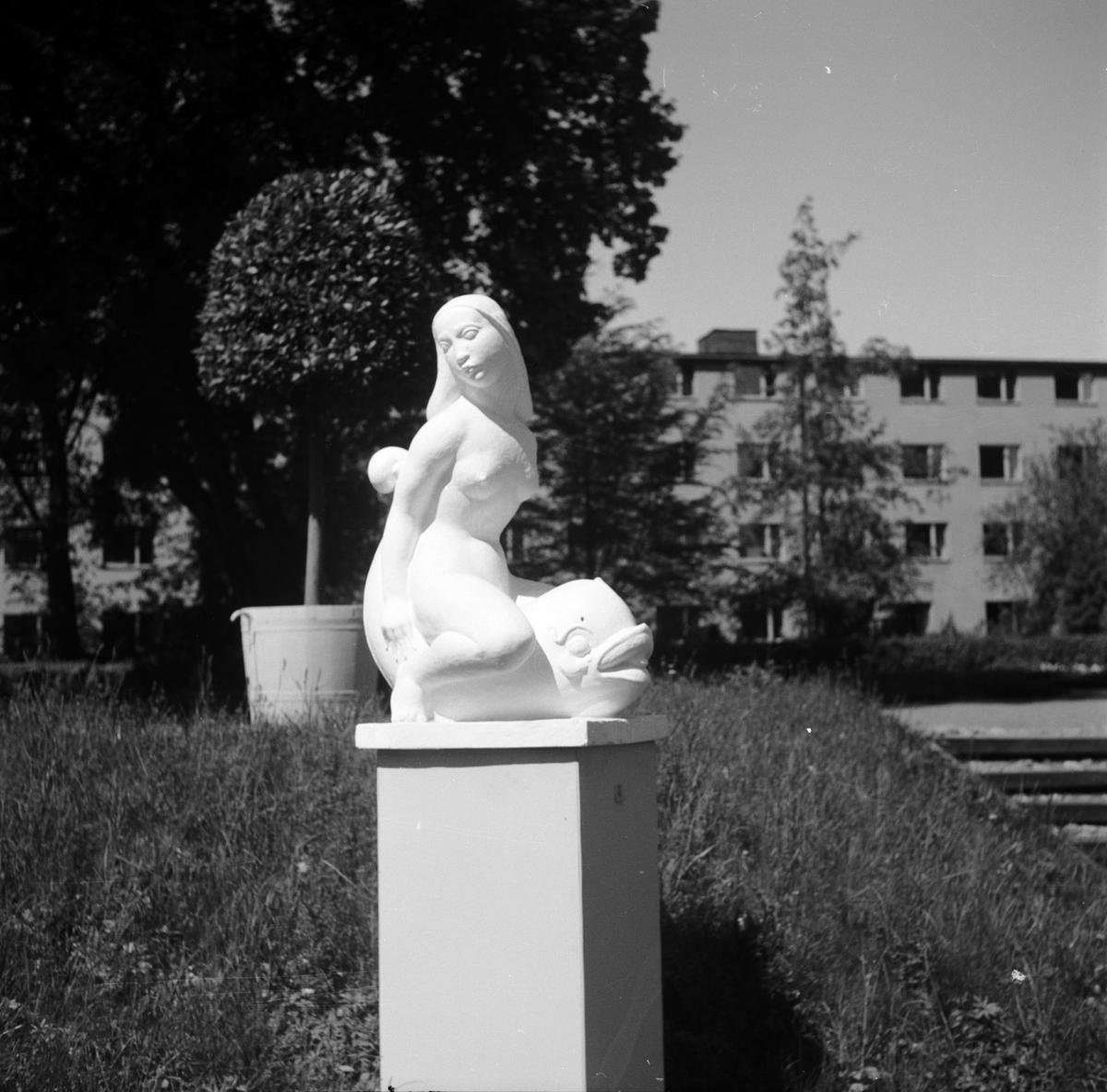 Upplands Konstförenings skulpturutställning i Linneträdgården, Uppsala våren 1947