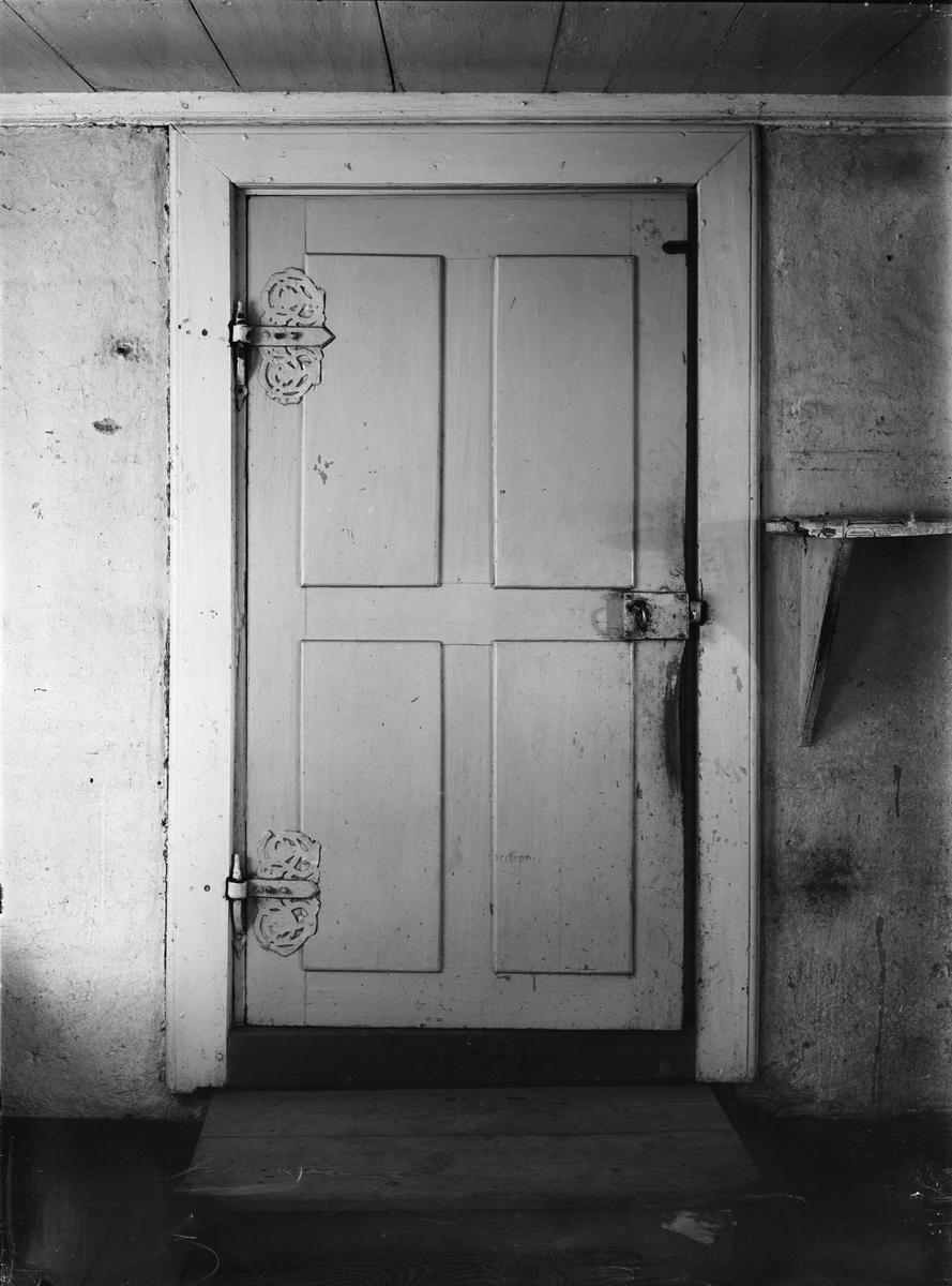 Dörr i köket i gamla prästgården, Danmarks socken, Uppland sannolikt 1920-tal