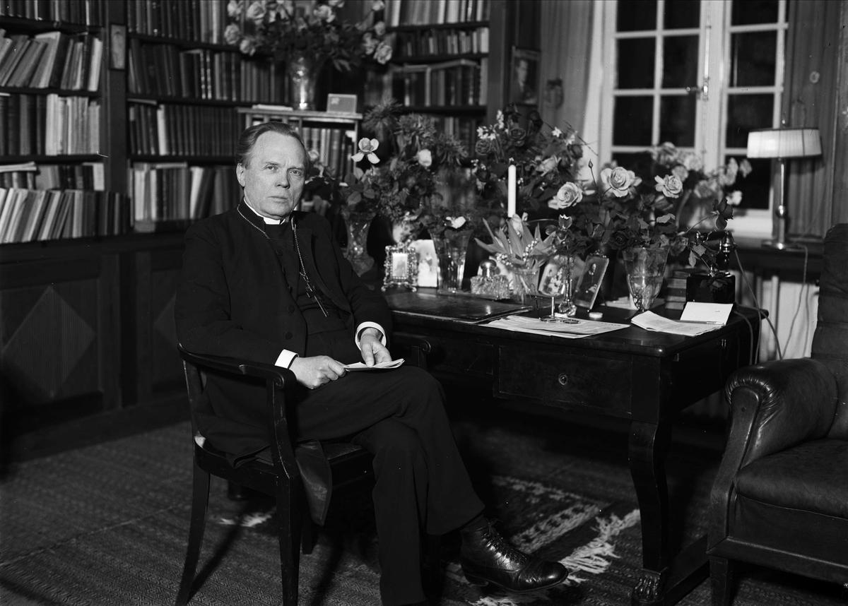 Ärkebiskop Nathan Söderblom i sitt arbetsrum i Ärkebiskopsgården, Uppsala 1930 - 1931