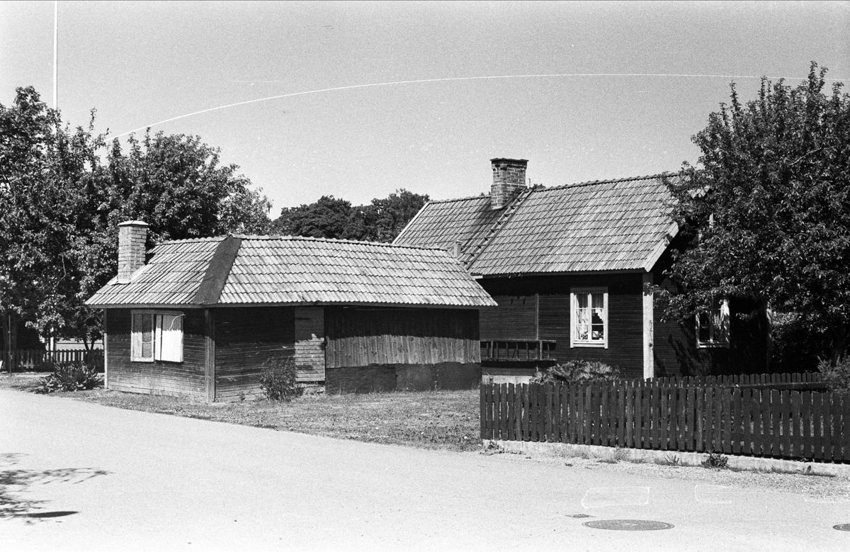 Bostadshus och uthus, Melodivägen, Björklinge, Björklinge socken, Uppland 1976