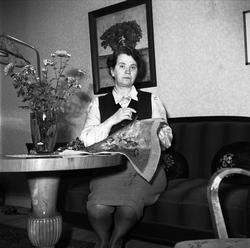 Kvinna broderar, sannolikt i Uppsala