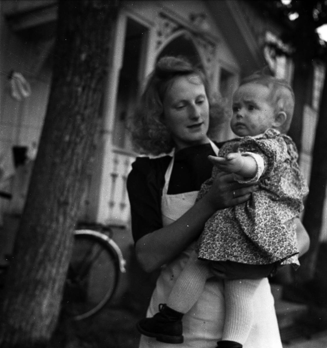 Ung kvinna med litet barn, Norge 1947