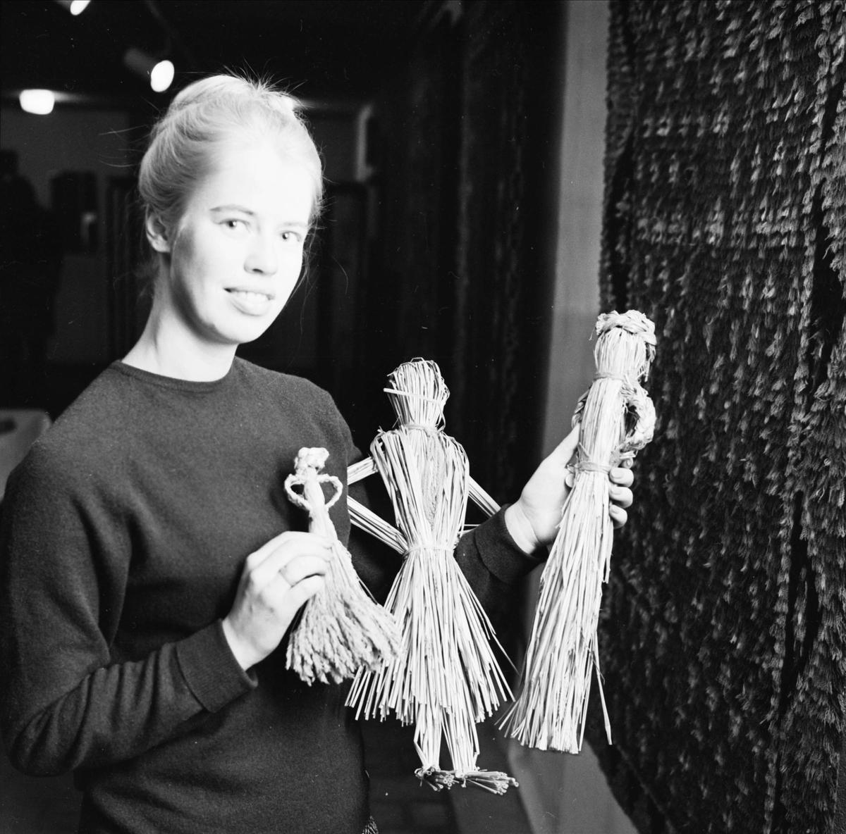 """""""Upplands forna husmödrar hade gäster i julhushållet"""" - Helena Harnesk visar halmdockor, Uppsala 1963"""