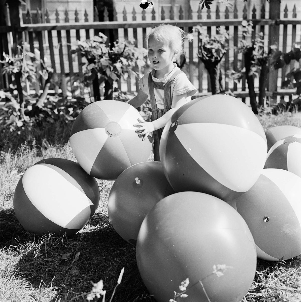 """""""Bollar och barn"""" - sannolikt Uppsala, juni 1960"""