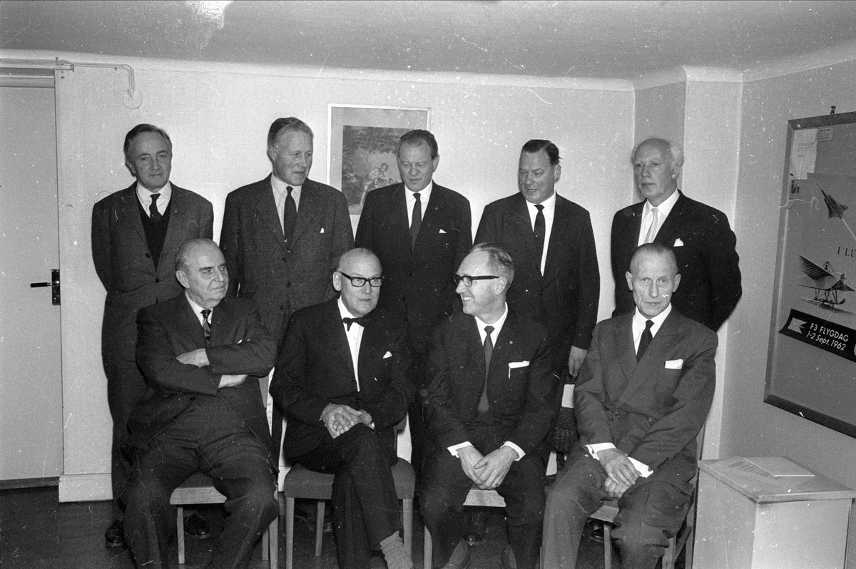 Redaktör Gösta Ahlinder med arbetskamrater på sin redaktion, Uppsala, sannolikt januari 1965