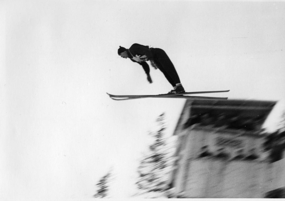 Arne Ulland i Hannibalbakken 1945. Olav Ulland in action at the Hannibal jumping hill 1945.