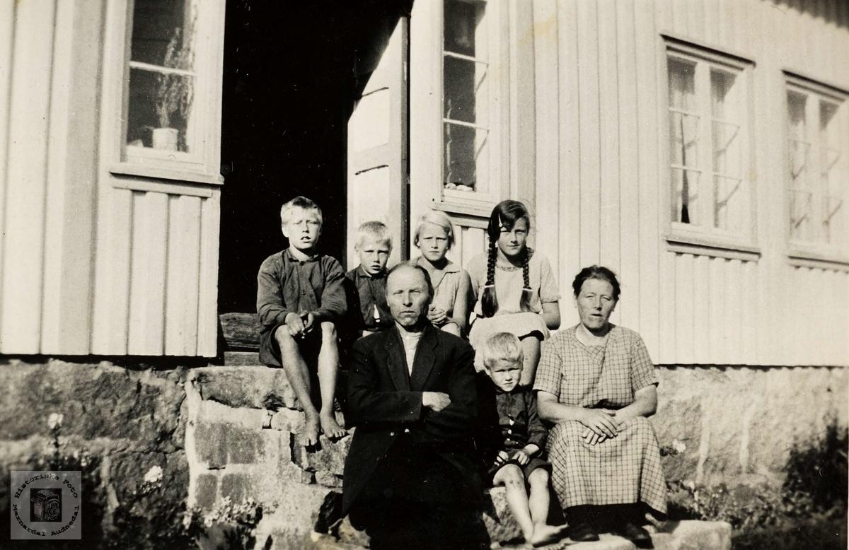 Familien samla på framtrappe i Steinvollen, Håland i Grindheim.