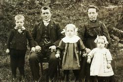 Familie på Hestebakken Smedsland i Grindheim.