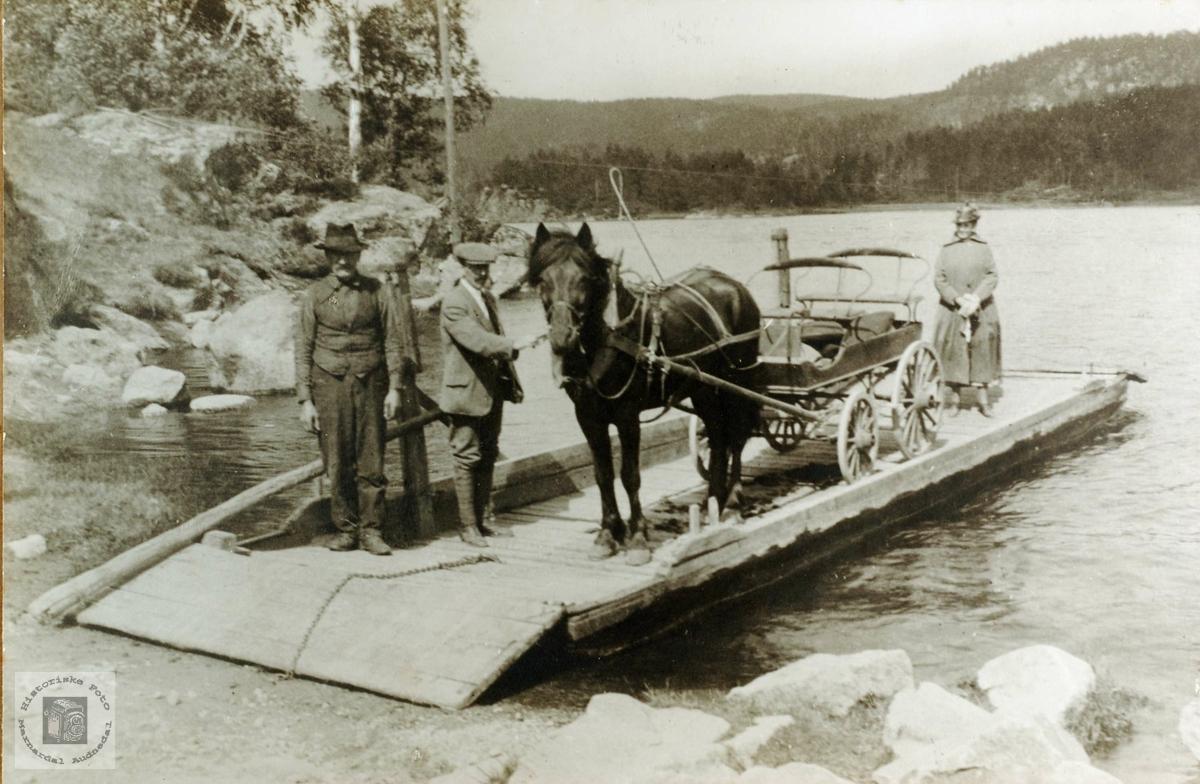 Sveindalsferja. Hest og trille klar til å ta fatt på vei til Flottorp. Grindheim.