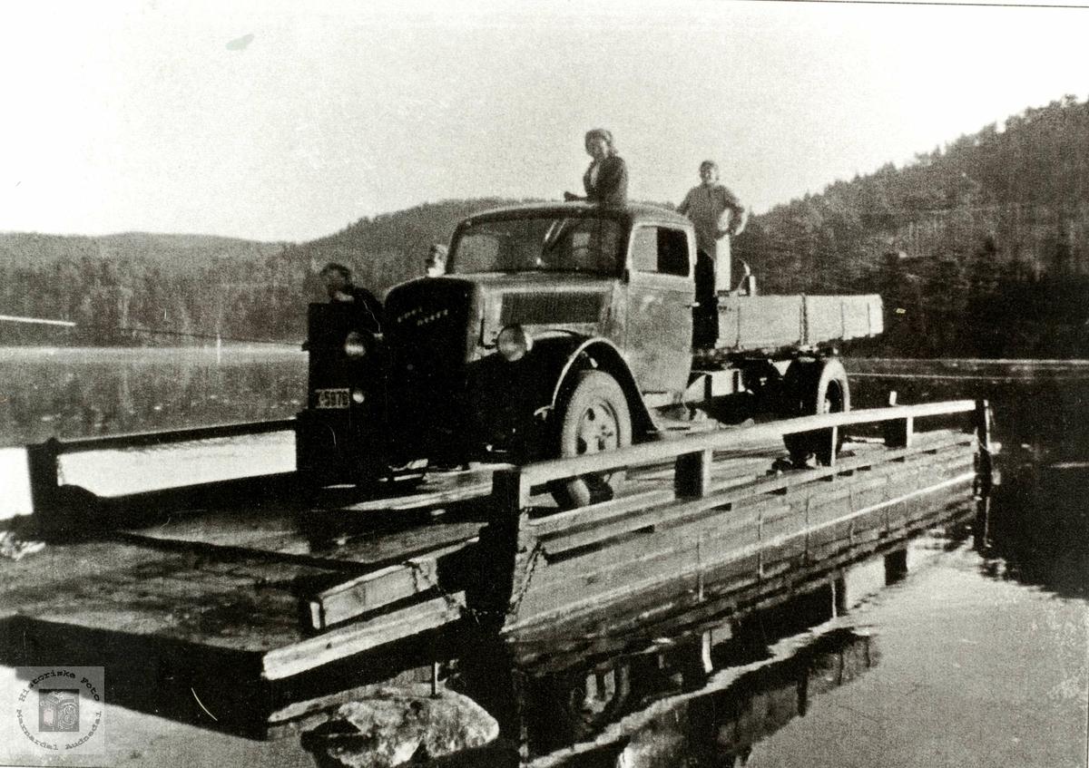 Opel Blitz lastebil blir ferja over Mandalselva på Sveindalsferja. Et av de siste bildene før broa kom. Grindheim.