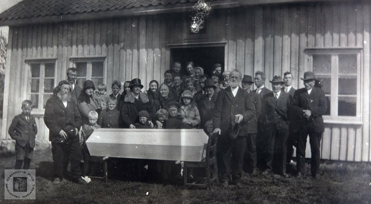 Begravelsen til Tarjer på Monen (Ødegård) i Bjelland senere Audnedal.