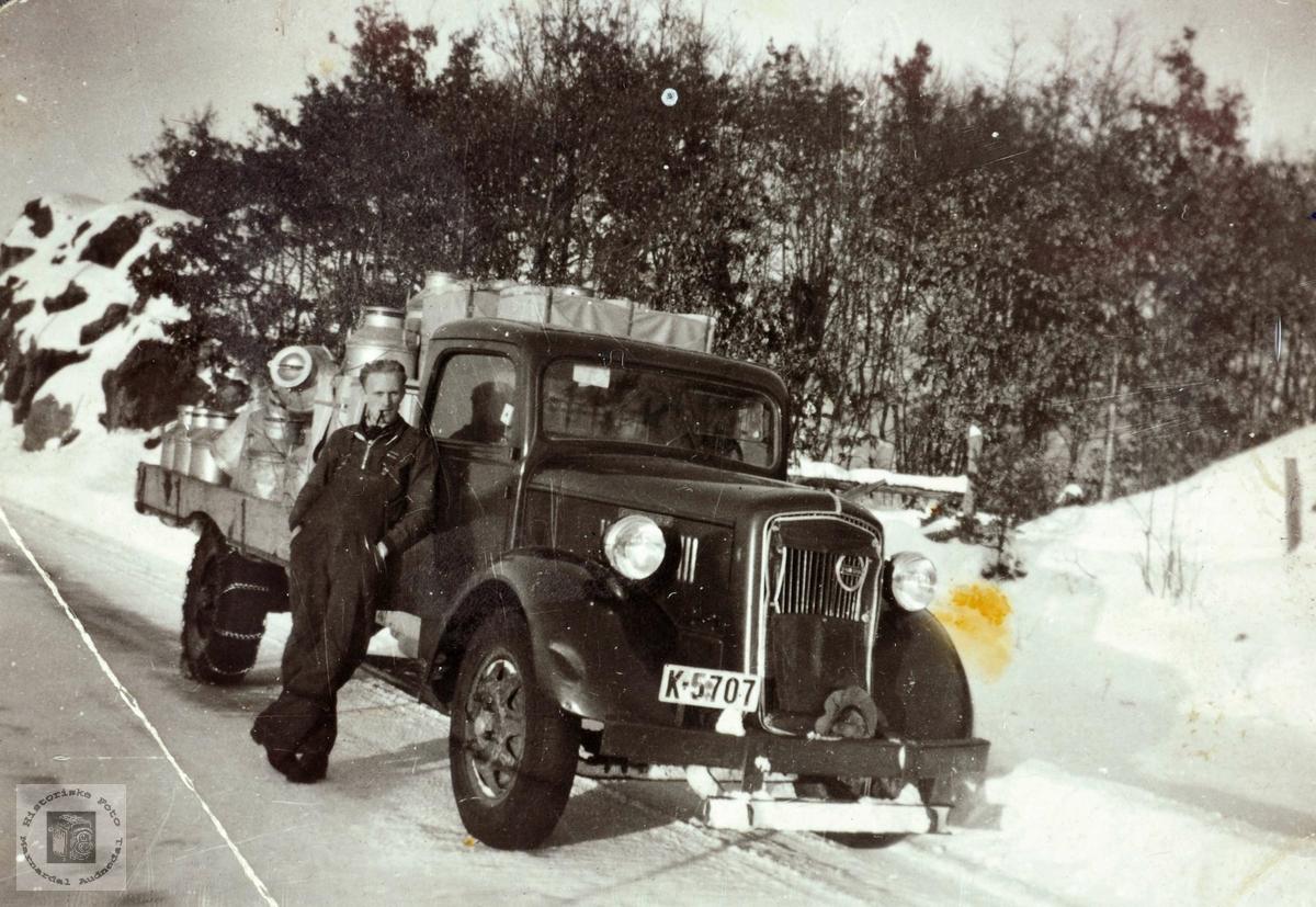 Mjølkeruta Mandal.- Kristiansand full av mjølkespann.  Volvo modell LV80 eller LV90, i produksjon 1935-1939.