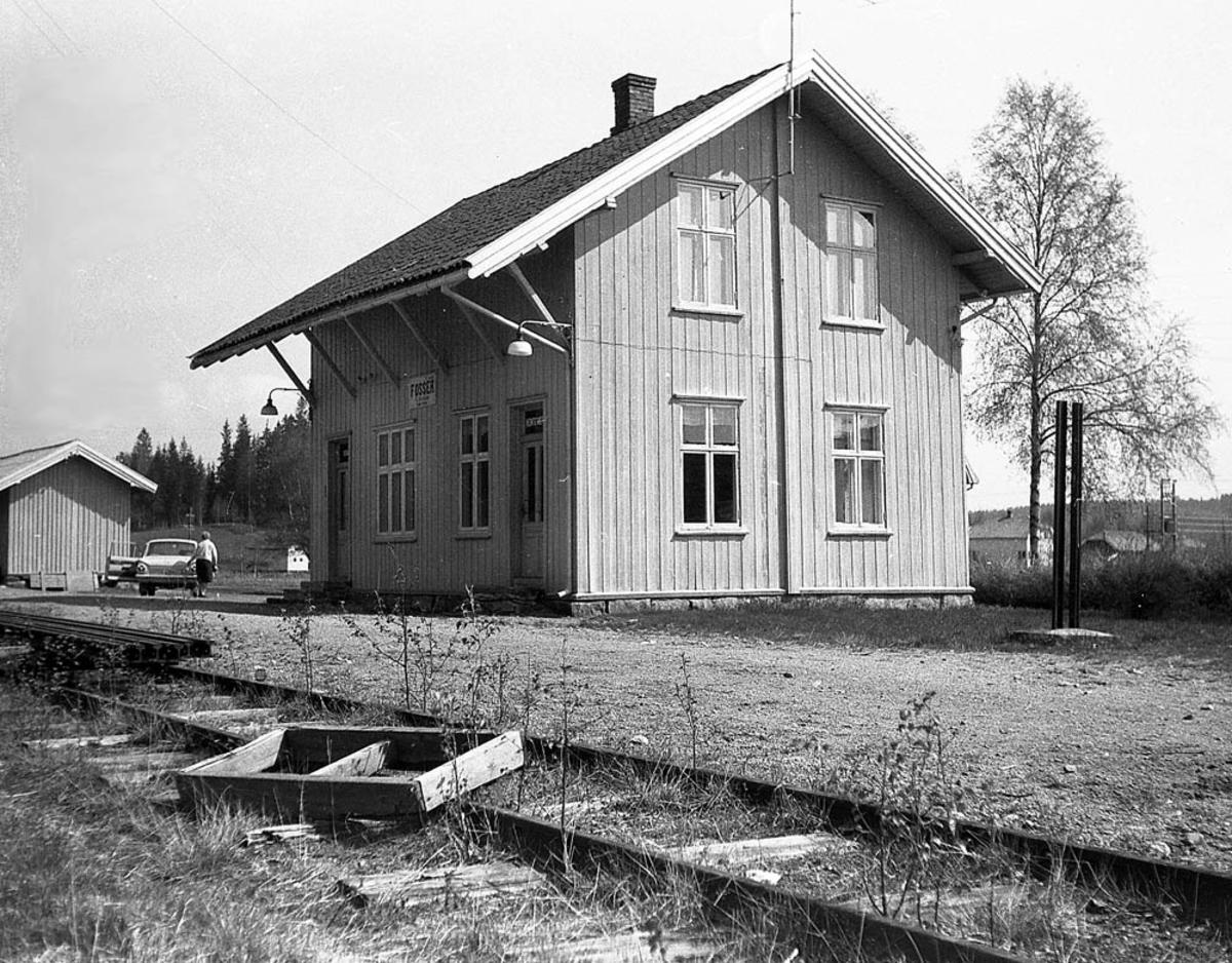 Ved Fosser stasjon tre år etter nedleggelsen.