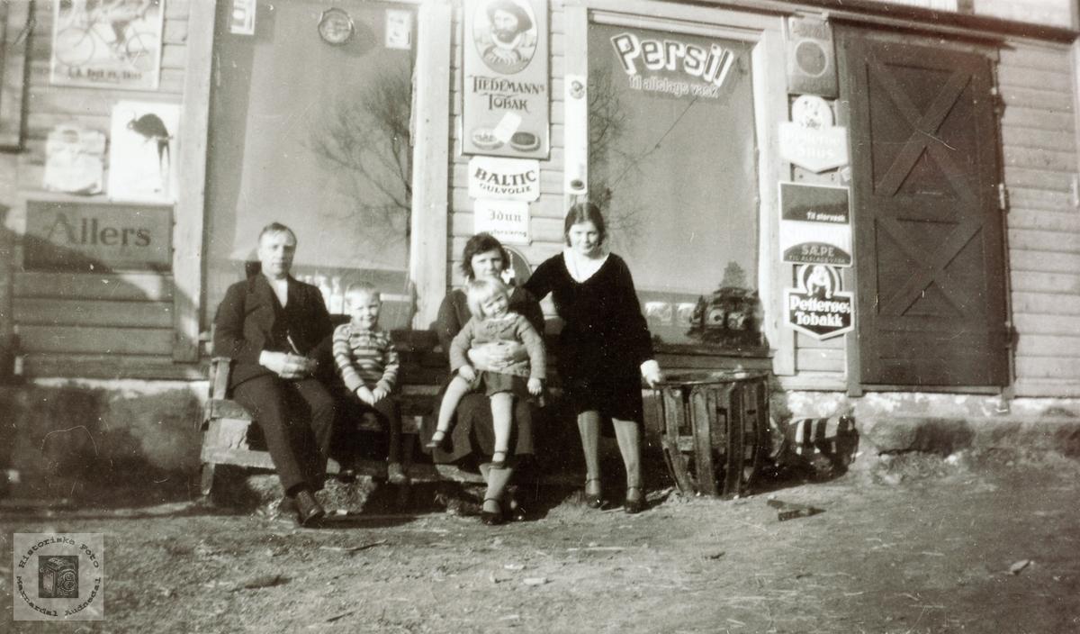 Lærer familie utenfor Lisle-Jo sin butikk på Sveindal. Grindheim Audnedal.