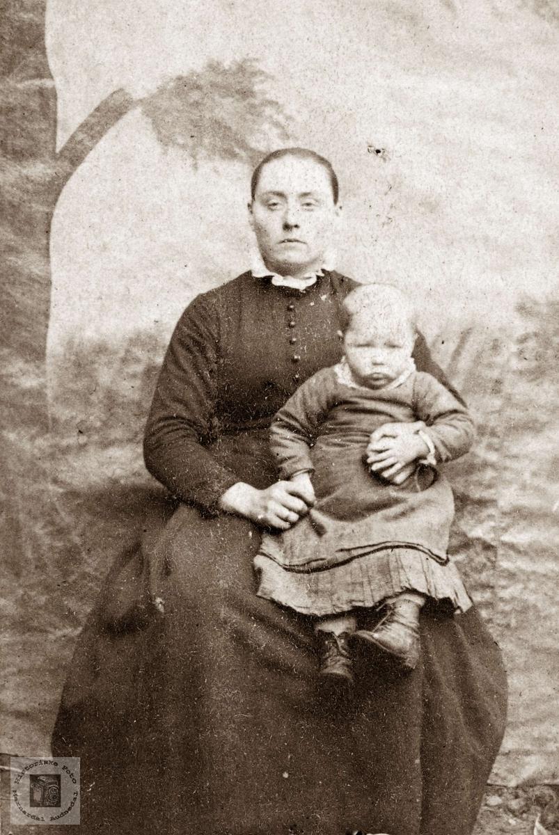 Portrett av mor, Jorand Tellhaug og dattera Kari. Eiken.